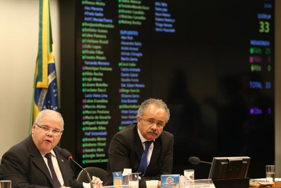 O presidente da Comissão Especial da Reforma Política, Lúcio Vieira Lima, e o relator da Comissão, Vicente Cândido, durante sessão que aprovou texto-base da reforma política. Foto: Fabio Rodrigues Pozzebom/Agência Brasil